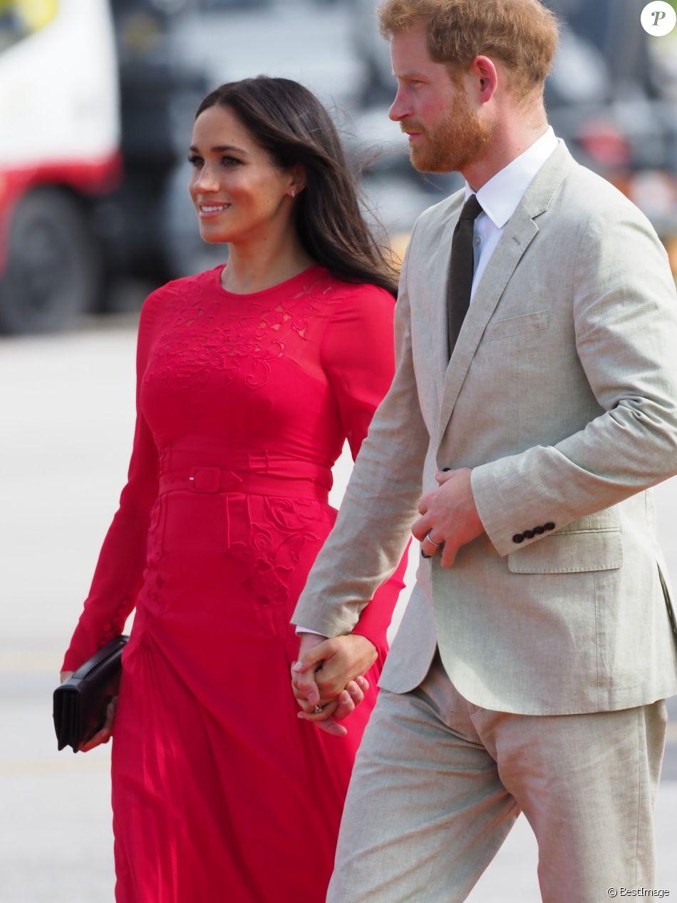 Le prince Harry, duc de Sussex, et Meghan Markle, duchesse de Sussex (enceinte) arrivent à l'aéroport international Fua'amotu aux îles Tonga, le 25 octobre 2018.
