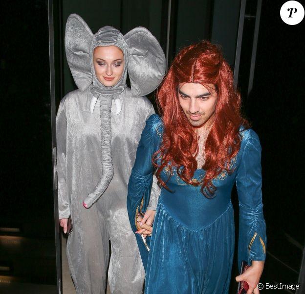 Exclusif - Joe Jonas (déguisé en Sansa Stark de la série Game of Thrones, jouée par sa fiancée Sophie Turner) et sa fiancée Sophie Turner (déguisée en éléphant) - Soirée annuelle d'Halloween de Kate Hudson à West Hollywood, le 27 octobre 2018.