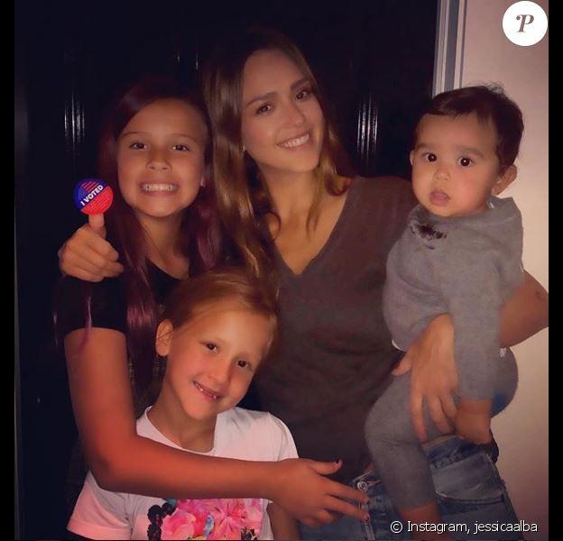 Jessica Alba pose avec ses enfants : Honor (10 ans), Haven (7 ans) et du petit dernier Hayes (10 mois) sur Instagram, le 4 novembre 2018