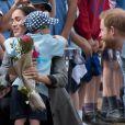 Le prince Harry et Meghan Markle accueillis par des élèves australiens, ont vécu un adorable moment lorsqu'un petit garçon de 5 ans, atteint de trisomie 21, a sauté dans les bras du prince avant de faire un câlin à la duchesse à leur arrivée à Dubbo, le 17 octobre 2018.