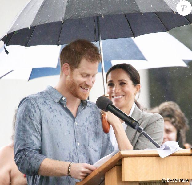 Le prince Harry a prononcé un discours aux côtés de sa femme Meghan Markle au Victoria Park de la ville de Dubbo en Australie, le 17 octobre 2018. Un orage a éclaté et c'est sous un parapluie (tenu par la duchesse) que le prince Harry a fait son discours.