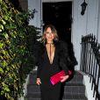 Exclusif - Elizabeth Hurley (Liz Hurley) quitte son domicile en charmante compagnie. Londres, le 14 novembre 2018.