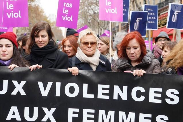 Anna Mouglalis, Muriel Robin, Eva Darlan lors de la manifestation organisée contre les violences faites aux femmes dans le quartier de l'Opéra à Paris, le 24 novembre 2018. © CVS/Bestimage