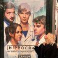 """Chloé Jouannet devant une affiche de la série """"Hippocrate"""" diffusée à partir du 26 novembre 2018 sur Canal +. Son compagnon  Zacharie Chasseriaud est au casting (photo publiée le 24 novembre 2018)."""