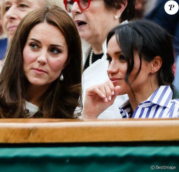 """Kate Middleton, duchesse de Cambridge et Meghan Markle, duchesse de Sussex assistent au match de tennis Nadal contre Djokovic lors du tournoi de Wimbledon """"The Championships"""" le 14 juillet 2018"""