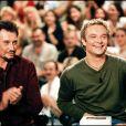 """Johnny et David Hallyday sur le plateau de """"Nulle part ailleurs"""" en 1999."""