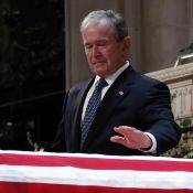 Obsèques de George H.W. Bush : Larmes et rires de son fils auprès des Obama
