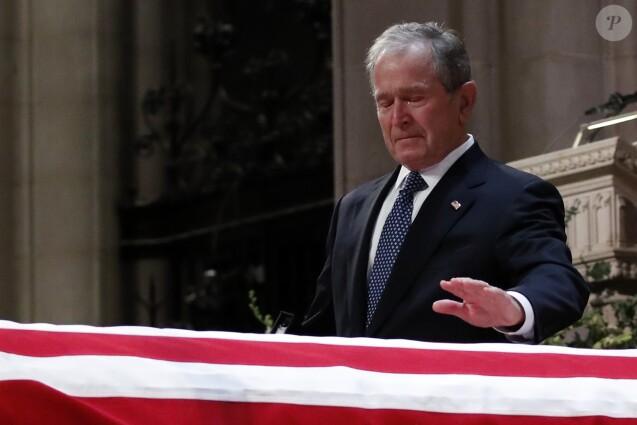 George W. Bush très ému - Obsèques de George H.W. Bush à la National Cathedral, Washington, le 5 décembre 2018.