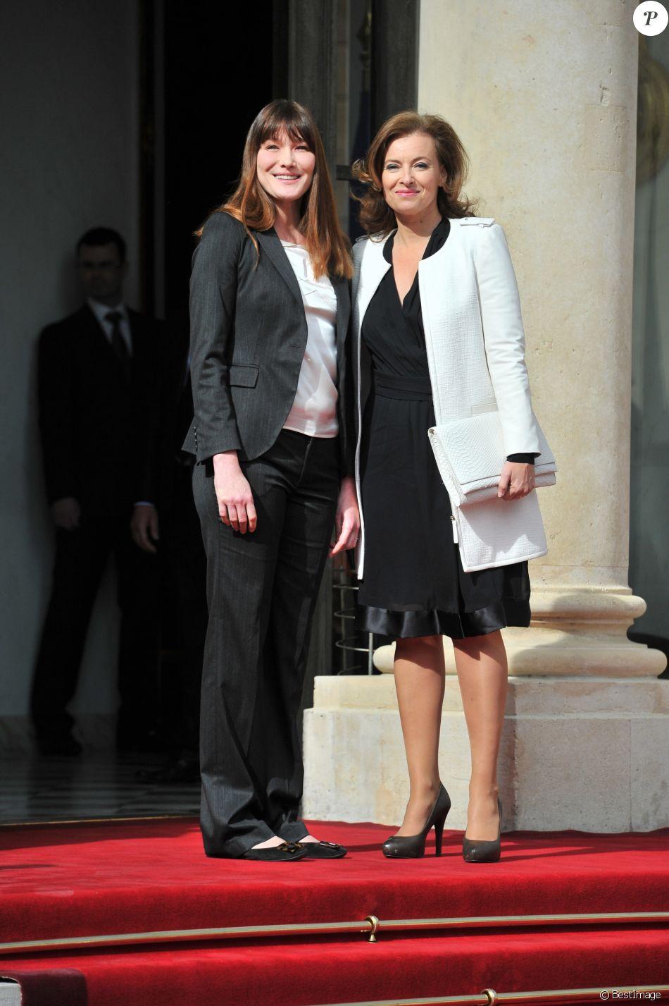 Carla Bruni et Valérie Trierweiler - Passation de pouvoir entre Nicolas Sarkozy et François Hollande sur le perron de l'Elysée, le 15 mai 2012. © Guillaume Gaffiot /Bestimage
