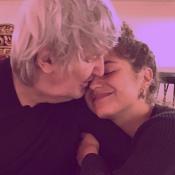 """Izïa Higelin, bouleversante, dévoile sa photo """"préférée"""" d'elle et son père"""