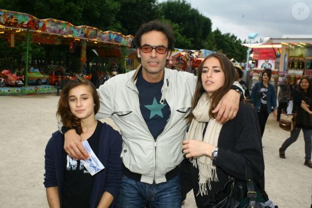 Anthony Delon avec ses filles Liv et Loup lors de l'inauguration de la Fête des Tuileries à Paris le 28 juin 2013