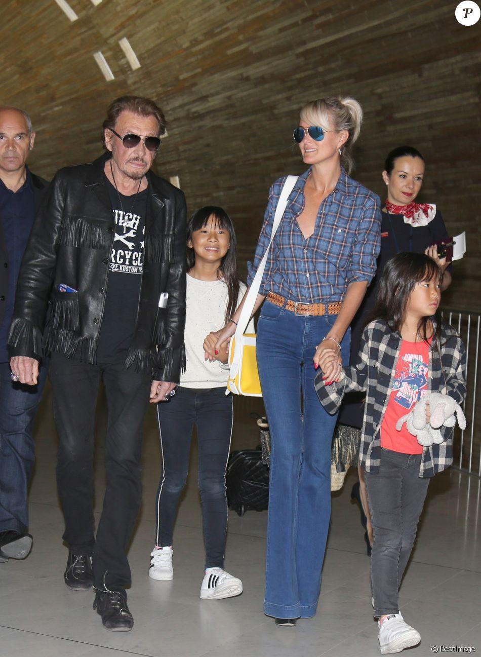 Exclusif - Johnny Hallyday repart en famille avec sa femme Laeticia, ses filles Jade et Joy et Elyette, la grand-mère de Laeticia à Saint-Barthélemy de l'aéroport Roissy Charles de Gaulle le 27 juillet 2016.