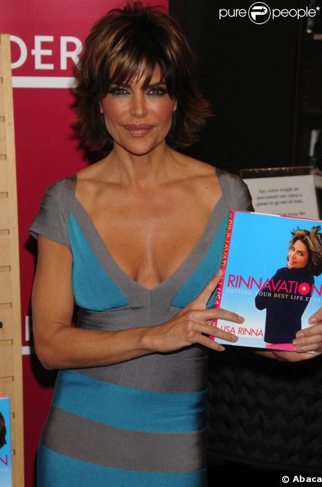 Lisa Rinna présente son livre  Rinnavation: Getting Your Best Life Ever . Son mari Harry Hamlin est là pour l'accompagner. 19/05/09