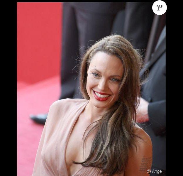 Angelina Jolie a de quoi être contente avec ce joli décolleté. Hier soir à la montée des marches à Cannes