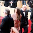 Et une jolie jambe d'Angie vaut tous les trésors du monde... Hier soir à la montée des marches à Cannes.