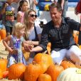 Michael Weatherly et sa femme Bojana emmènent leur fille Olivia au Mr. Bones Pumpkin Patch à West Hollywood, le 12 octobre 2014.
