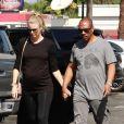Exclusif - Paige Butcher enceinte et son fiancé Eddie Murphy se promènent en amoureux dans les rues de Studio City, le 9 octobre 2018