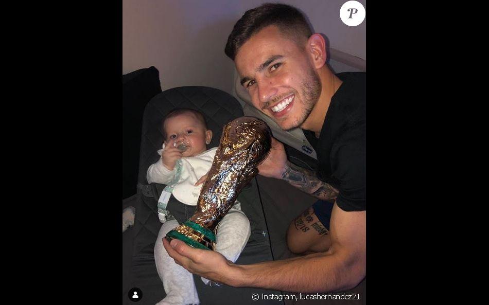 Lucas Hernandez avec son fils Martin le 4 décembre 2018.