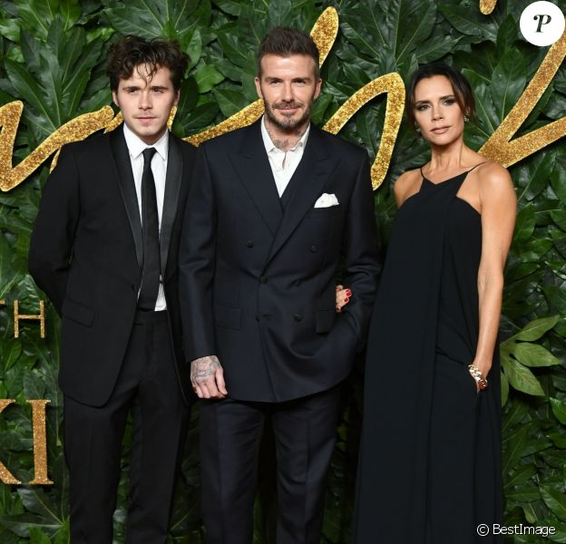 David Beckham et Victoria Beckham avec leur fils aîné Brooklyn à la soirée Fashion Awards 2018 au Royal Albert Hall à Londres, le 10 décembre 2018.