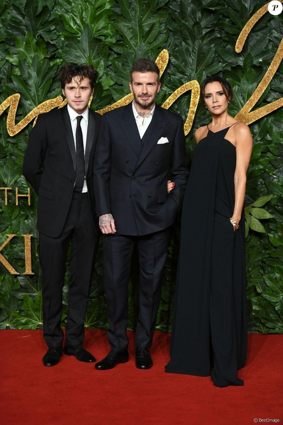 David Beckham et Victoria Beckham avec leur fils aîné Brooklyn à la soirée Fashion Awards 2018 au Royal Albert Hall à Londres, le 10 décembre 2018.