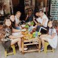 Jade Hallyday avec sa maman Laeticia, sa petite soeur Joy, Hélène Darroze et ses filles Charlotte et Quiterie à Hanoï, Vietnam, pour Noël. Photo publiée sur Instagram le 25 décembre 2018.