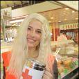 Christine Lemler fait la quête pour la Croix-Rouge le 23 mai à Boulogne. L'interprète de Valentine, la peste de Sous le Soleil s'est transformée en gentille petite Candy ! En blonde on lui donnerait le bon Dieu sans confession !