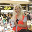 Adeline Blondiau s'éclate dans les allées du marché de Boulogne le 23 mai pour la 75 ème quête de la Croix-Rouge. Les Hauts-de-Seine ça la change de Saint-Tropez !