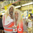 Anthony Kavanagh et Valérie Bénaïm s'éclatent dans les allées du marché de Boulogne le 23 mai 2009. Jouer les blondes... ils adorent ! Surtout si c'est pour la bonne cause.