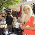 Adeline Blondieau semble avoir trouvé une femme généreuse sur le marché de Boulogne. En même temps en blonde, comment lui résister ?