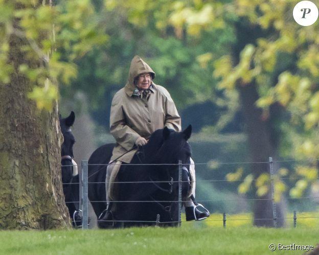 La reine Elisabeth II d'Angleterre fait une balade à cheval le long de la Tamise à Windsor le 24 avril 2017.
