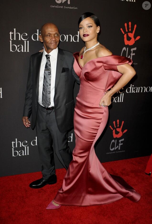 """Rihanna avec son père Ronald Fenty - Soirée du premier """"Bal de Diamant"""" à Beverly Hills le 11 décembre 2014."""