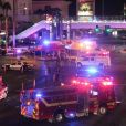 Un cadavre gît sur le sol après la tuerie de Las Vegas le 1er octobre 2017. Le tireur, Stephen Paddock s'est tué dans la chambre d'hôtel d'où il a tiré et abattu 50 personnes dans un festival à Las Vegas. L'Etat Islamique a revendiqué la tuerie  Las Vegas, NV - America is reeling from the worst mass shooting in its history after at least 50 people were killed and more than 406 wounded at a country music festival in Las Vegas on Sunday night. The shooting broke out on the final night of the three-day Route 91 Harvest festival, a sold-out event attended by 22,000 and featuring top acts such as Eric Church, Sam Hunt and Jason Aldean. Police say the shooter was 64-year-old Stephen Craig Paddock, a resident of nearby Mesquite, Nevada, unloaded thousands of rounds on the festival taking place at Las Vegas Village from a room across the street in the Mandalay Bay Hotel at 10:08pm.01/10/2017 - Las Vegas