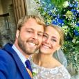 """Martin Bazin de """"Koh-Lanta"""" et sa femme Clémence le jour de leur mariage, à Saint-Lunaire (en Ile-et-Vilaine) - Instagram, 7 octobre 2017"""