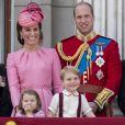 """La duchesse Catherine de Cambridge, le prince William, la princesse Charlotte et le prince George au balcon du palais de Buckingham lors de la parade """"Trooping The Colour"""" à Londres le 17 juin 2017."""