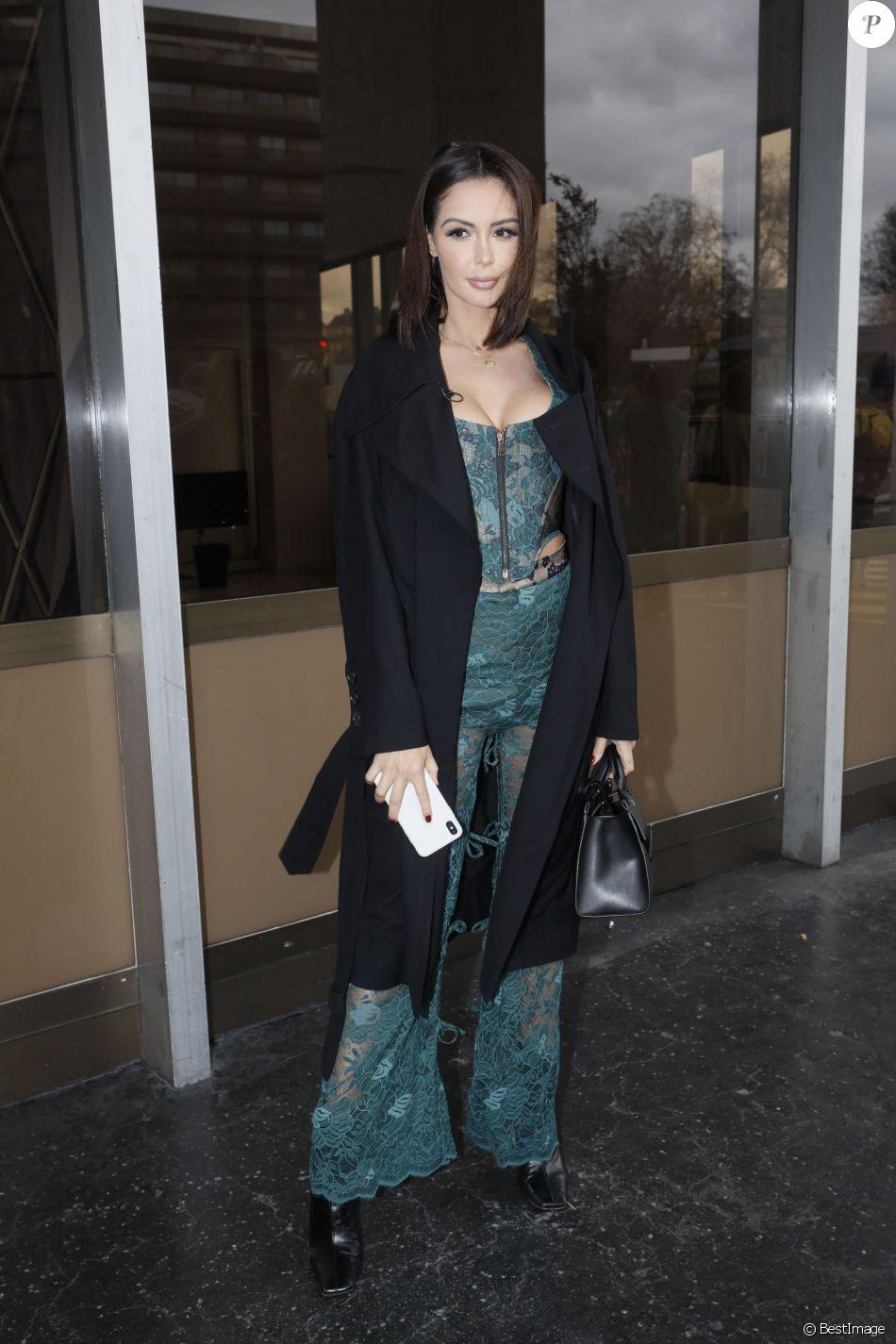 Semi-exclusif - Nabilla Benattia, en Vivienne Westwood, arrive au défilé de mode Vivienne Westwood collection prêt-à-porter Automne-Hiver 2019/2020 lors de la fashion week à Paris, France, le 2 mars 2019.