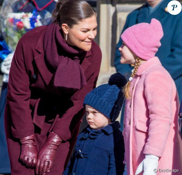 La princesse Victoria de Suède, complice avec ses enfants la princesse Estelle et le prince Oscar, a été fêtée par le public le 12 mars 2019 dans la cour intérieur du palais royal à Stockholm lors de la célébration de son prénom.