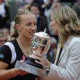 La joueuse russe Svetlana Kuznetsova reçoit son prix des mains de la championne Steffi Graf