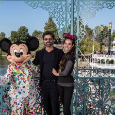 John Stamos et sa femme Caitlin McHugh célèbrent leur premier anniversaire de mariage à Disneyland Park à Anaheim le 7 février 2019.