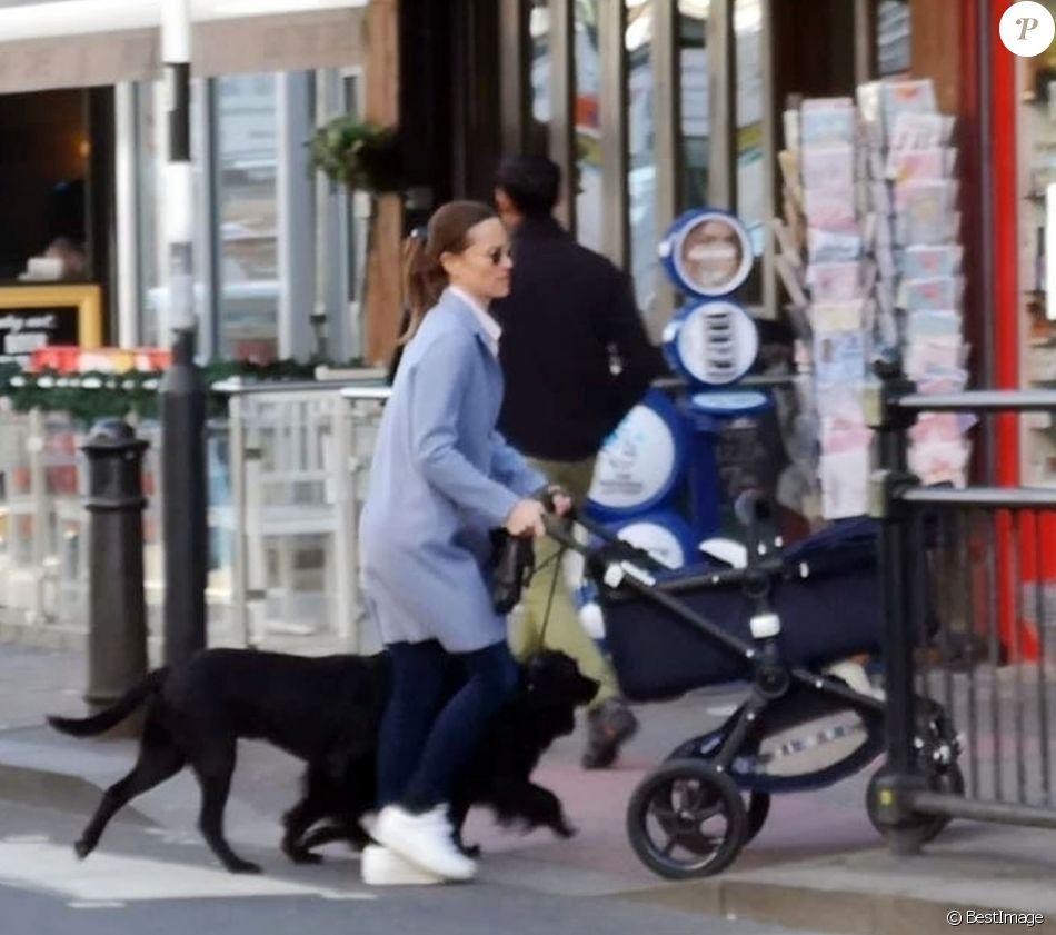 Exclusif - Pippa Middleton se promène avec son fils Arthur Michael William Matthews et ses deux chiens à Londres, le 25 mars 2019.