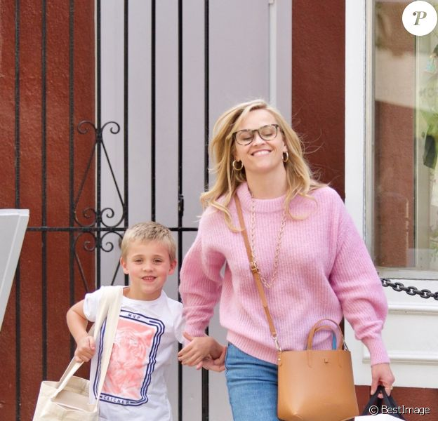 Exclusif - Reese Witherspoon fait du shopping avec son fils James Toth à Brentwood le 11 avril 2019.