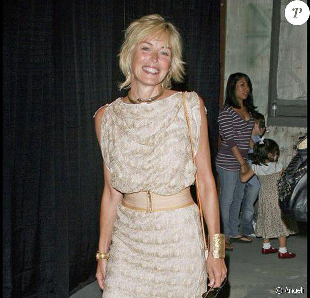 La divine Sharon Stone, ultra stylée dans sa jolie robe beige en dentelle !