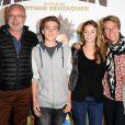 """Olivier Baroux, sa fille Enya, sa femme Coralie et leur fils Boris - Avant-première du film """"Les Nouvelles Aventures d'Aladin"""" au Grand Rex à Paris, le 6 octobre 2015."""