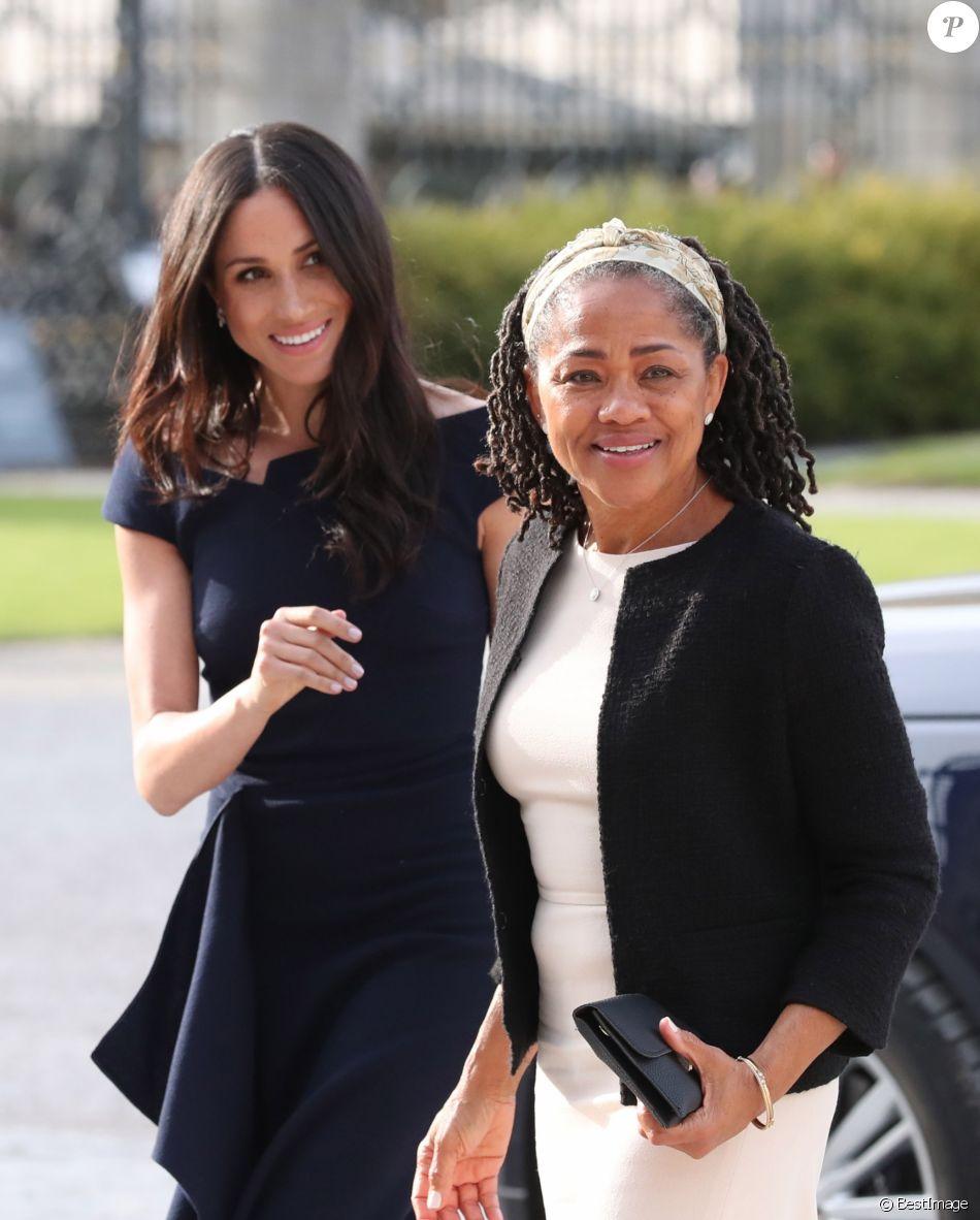 Meghan Markle et sa mère Doria Ragland arrivent à l'hôtel Cliveden House près de Windsor à la veille du Mariage du prince Harry et de Meghan Markle à Taplow le 18 mai 2018.
