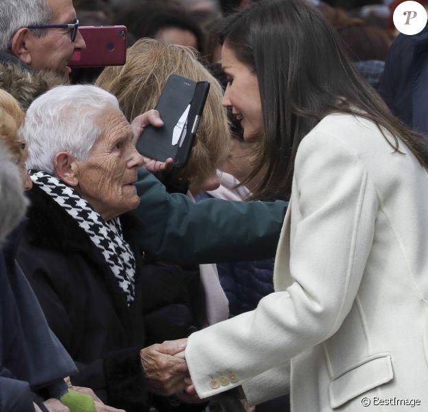 """La reine Letizia d'Espagne en discussion avec une dame de 93 ans à Lerma le 11 avril 2019. Un échange insolite : """"Je vous donnais beaucoup plus que 46 ans"""", s'est-elle entendu dire !"""