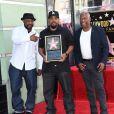 """John Singleton avec Ice Cube lors de l'inauguration de l'étoile de l'acteur sur le """"Walk of Fame"""" à Hollywood le 12 juin 2017."""