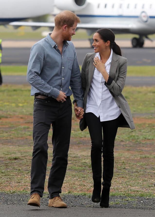 Le prince Harry, duc de Sussex et sa femme Meghan Markle, duchesse de Sussex (enceinte) à leur arrivée à Dubbo en Australie dans le cadre de leur première tournée officielle, le 17 octobre 2018.