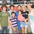 Laeticia Hallyday et Joy, entourées de Luana Belmondo et de ses trois fils, lors du match de football en faveur de deux associations humanitaires (et des 66 ans de Johnny), au Parc des Princes, le 14 juin 2009 !