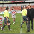 Johnny Hallyday donne le coup d'envoi, lors du match de football en faveur de deux associations humanitaires (et de ses 66 ans), au Parc des Princes, le 14 juin 2009 !