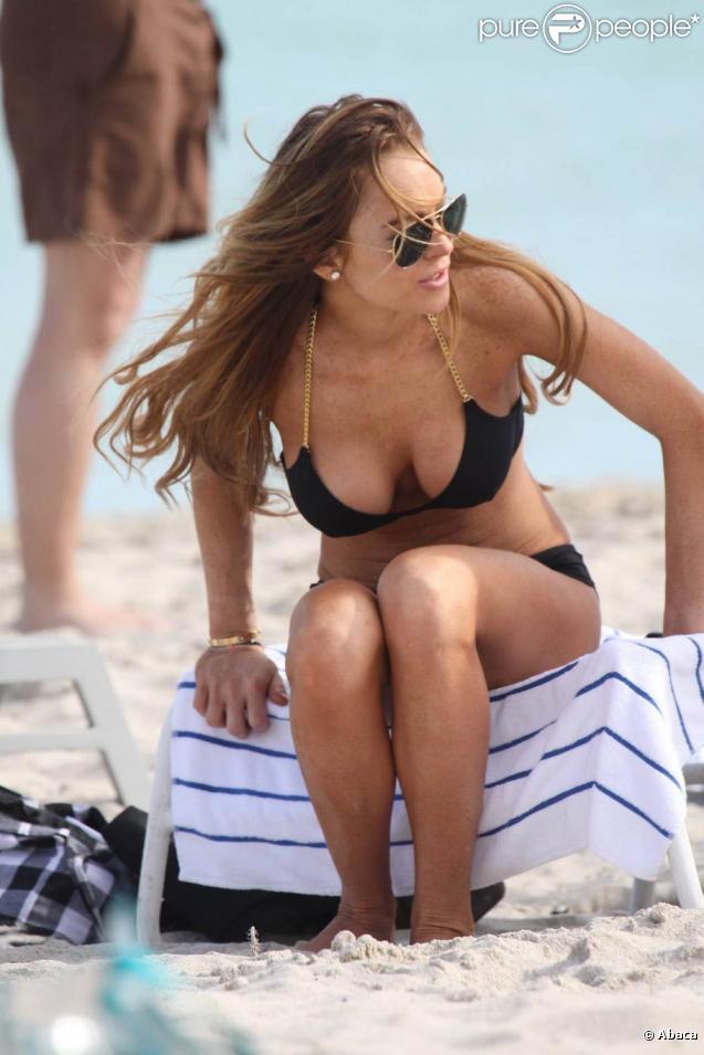Lindsay Lohan... très très charmante en bikini lors de ses vacances !