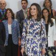 """La reine Letizia d'Espagne, dans une robe Sandro, lors de la 11e édition des """"Projets sociaux de la banque Santander"""" à Madrid le 20 mai 2019."""